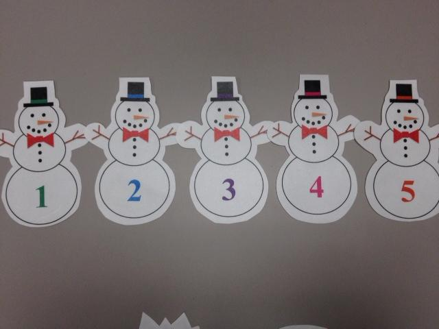 little snowmen standing in a row (5 fingers)